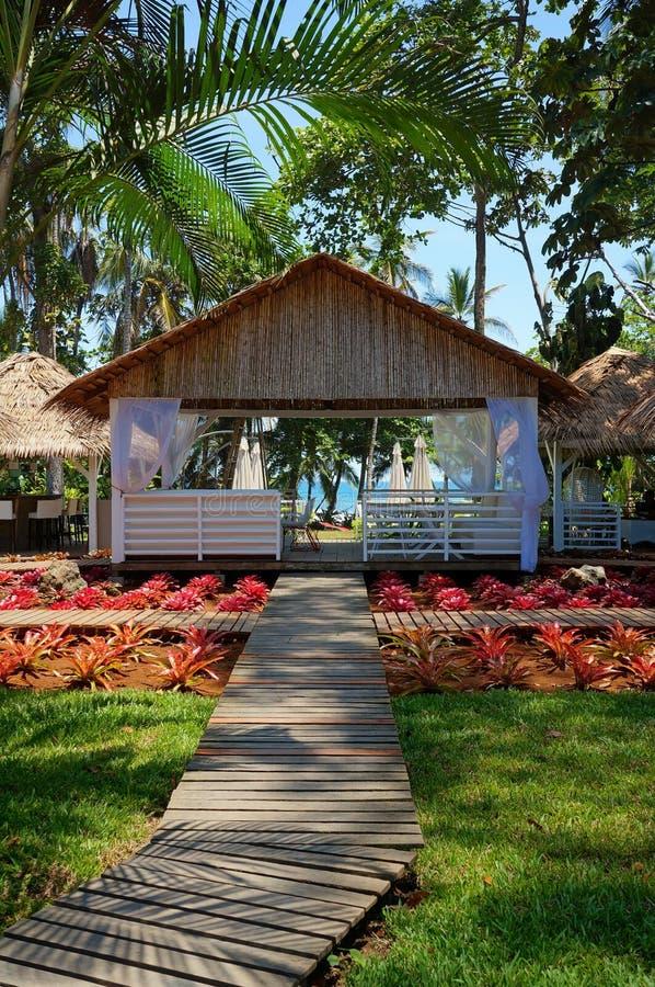 Passagem ao restaurante no jardim tropical imagens de stock