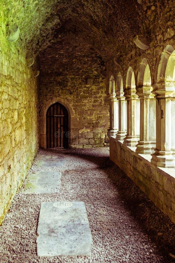 Passagem arcado abby antiga com as colunas abertas ao pátio fotografia de stock royalty free