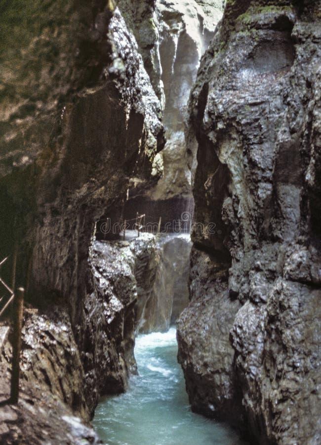 Passagem através do desfiladeiro de Partnachklamm no verão imagens de stock royalty free