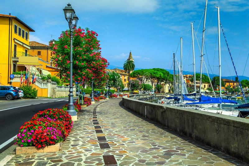 Passagem bonita com as flores coloridas do oleandro, Toscolano-Maderno, Itália imagem de stock