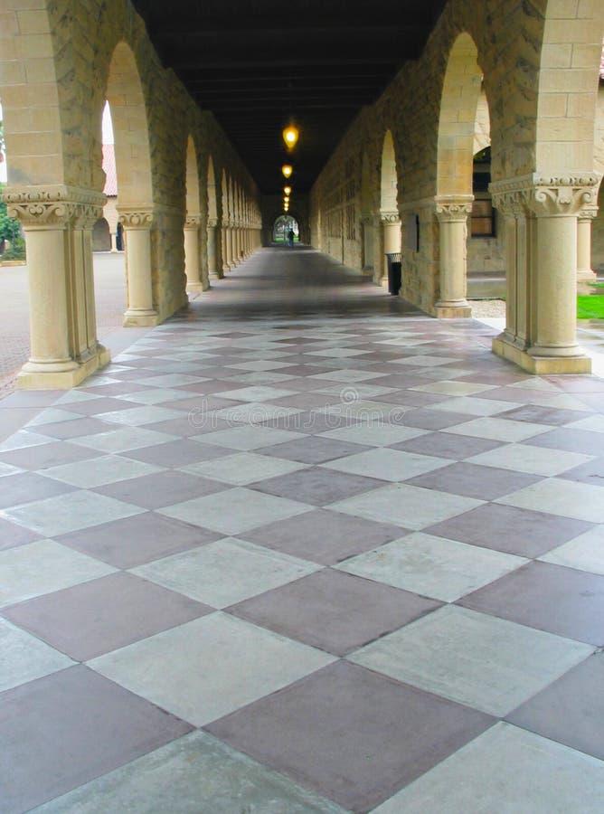 Passagem com arcos e o assoalho Checkered foto de stock