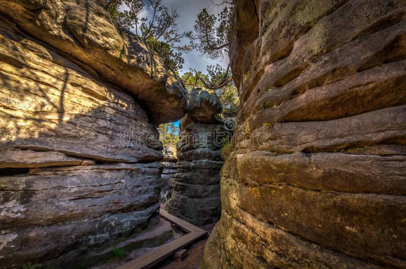 Passagem com a passagem de madeira no labirinto de pedra Bledne skaly foto de stock royalty free