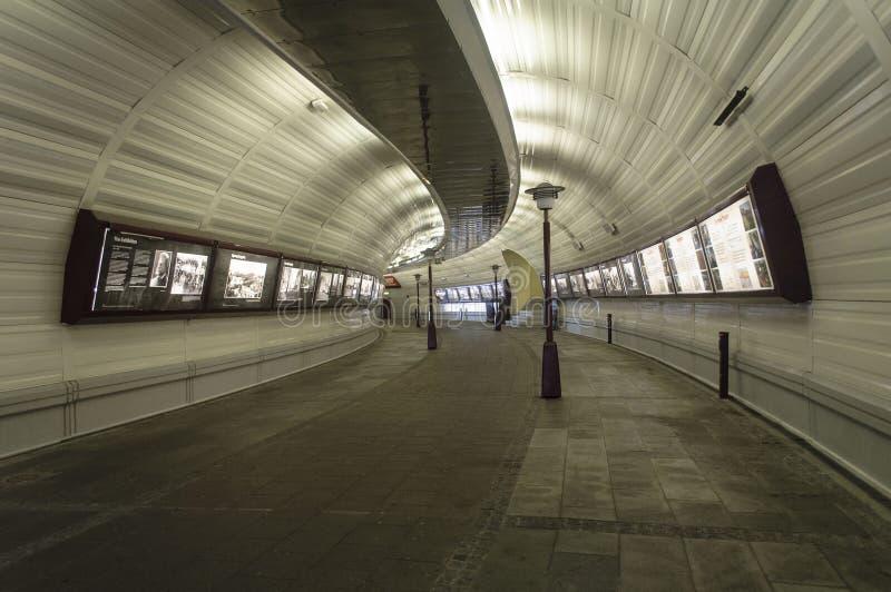 Passagem da cidade - túnel da caminhada fotografia de stock