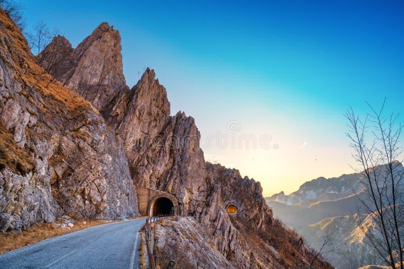 Passagem da estrada da montanha de Alpi Apuane e opinião dobro do túnel no por do sol foto de stock royalty free