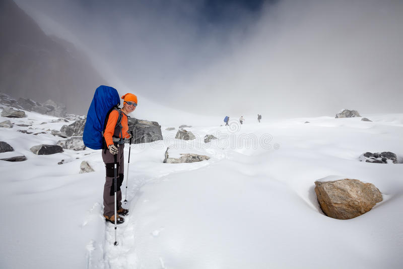 Passagem de Cho La das cruzes do caminhante no vale de Khumbu, Nepal fotos de stock royalty free