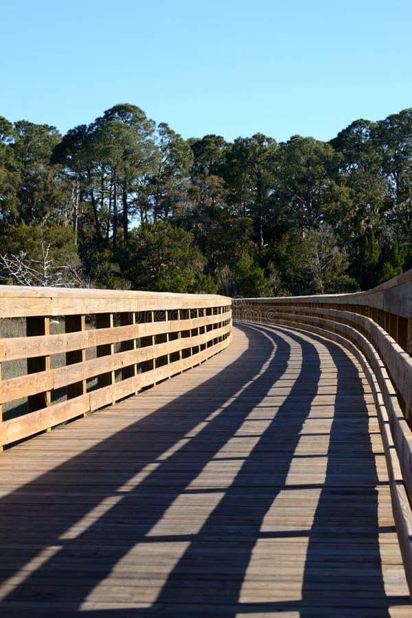 Passagem de madeira através do pântano de uma ilha da barreira fotografia de stock