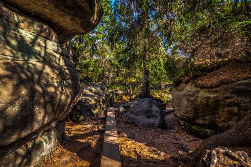 Passagem de madeira e rocha grande no labirinto de pedra imagem de stock royalty free