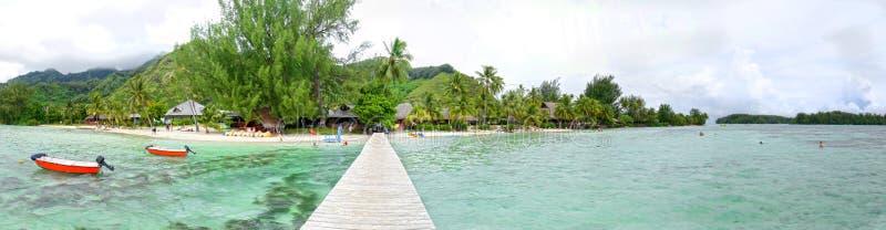 Passagem de madeira, praia tropical, água clara, Moorea, Tahiti Polinésia francesa Foto panor?mico imagens de stock royalty free
