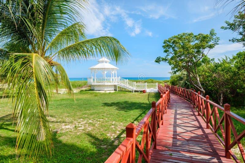 Passagem de madeira que conduz à costa na praia de Varadero em Cuba fotos de stock royalty free