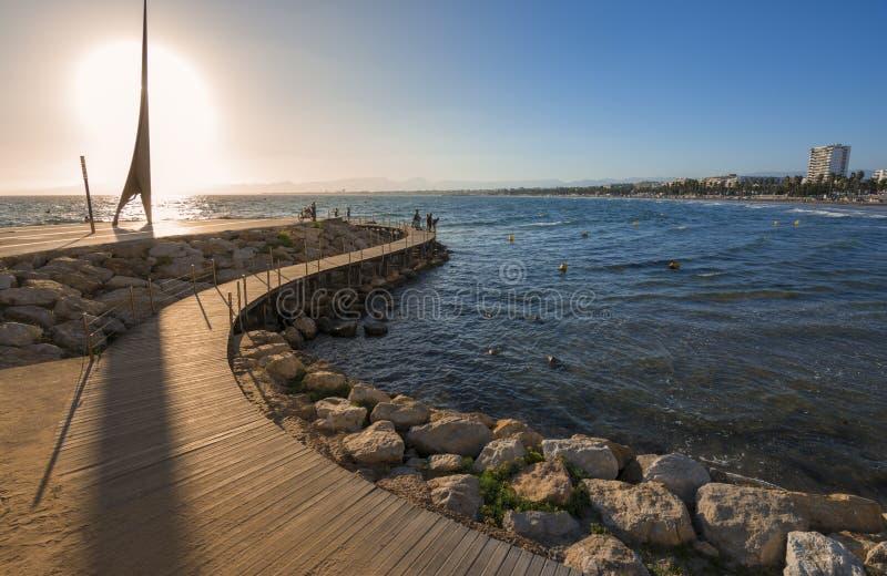 Passagem de madeira sobre o mar Mediterrâneo em Salou, Espanha foto de stock