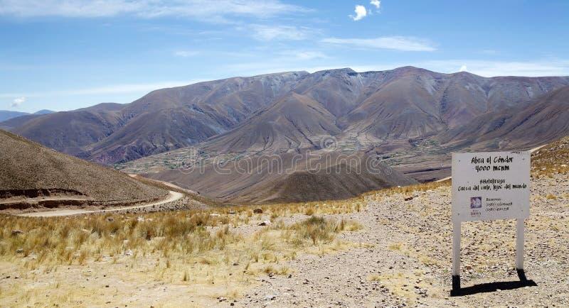 Passagem de montanha de Abra del Condor em uma elevação de 4000 m na beira da província de Salta e de Jujuy, Argentina foto de stock