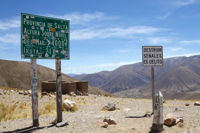 Passagem de montanha de Abra del Condor em uma elevação de 4000 m na beira da província de Salta e de Jujuy, Argentina fotografia de stock
