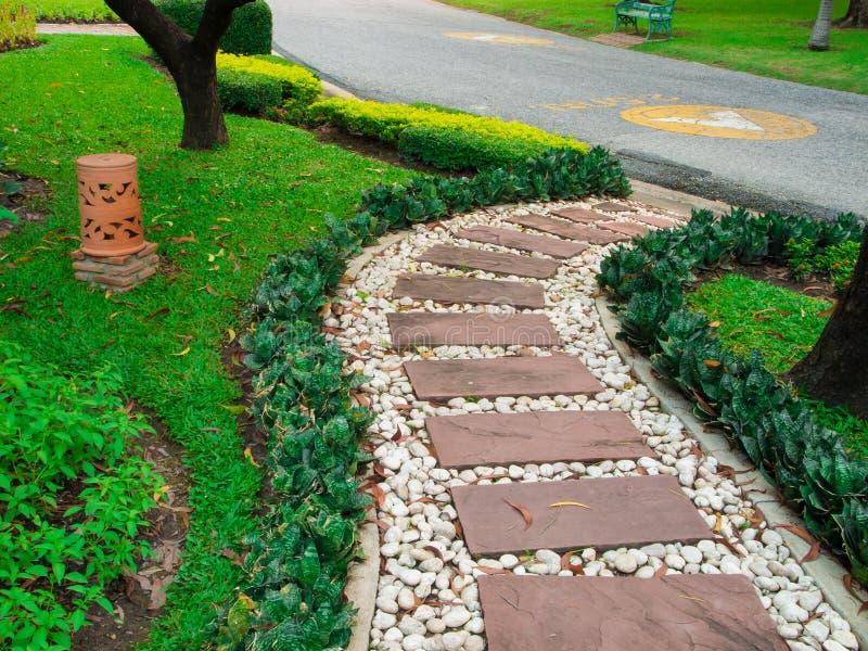 Passagem de pedra no jardim fotografia de stock royalty free