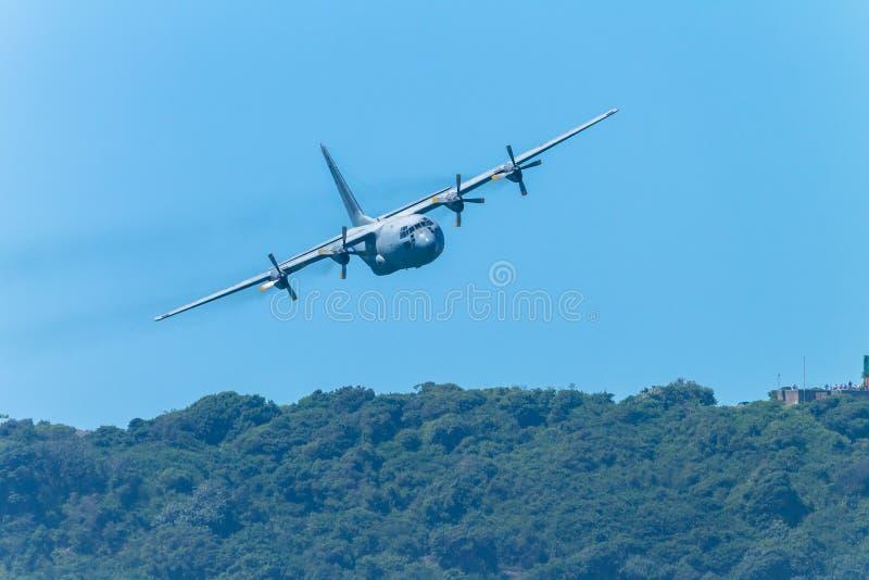 Passagem de quatro motores plana militar do voo imagens de stock