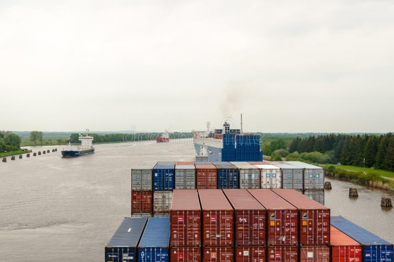 Passagem de um navio de recipiente através de Kiel Canal foto de stock royalty free