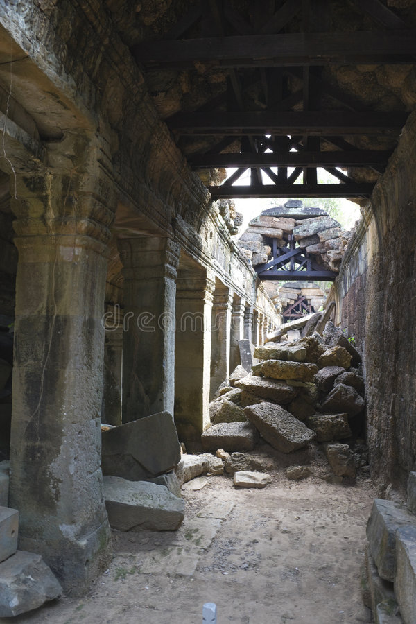 Passagem desmoronada em Preah Khan, Cambodia imagem de stock