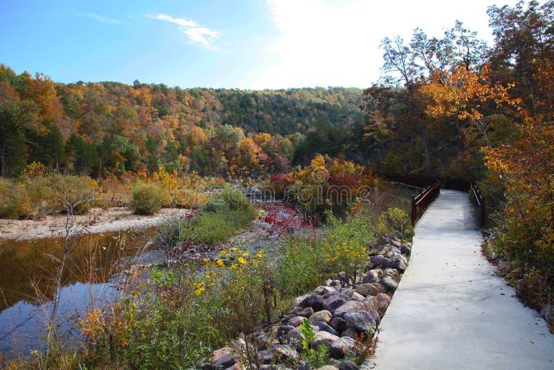 Passagem do parque estadual do encerramento de Johnson ao fechar-ins no outono imagens de stock royalty free