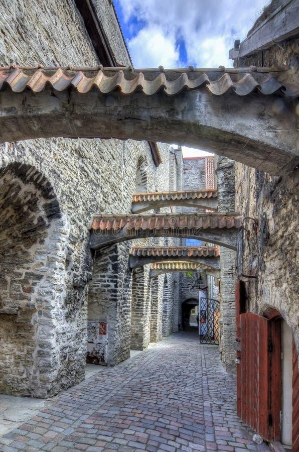 Passagem do ` s do St Catherine na cidade velha de Tallinn, Estônia foto de stock royalty free