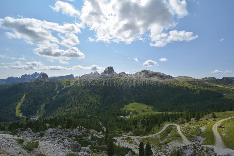 Passagem em dolomites do parque natural, país de Falzarego de Itália fotos de stock