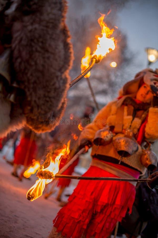 Passagem em fogos rituais foto de stock