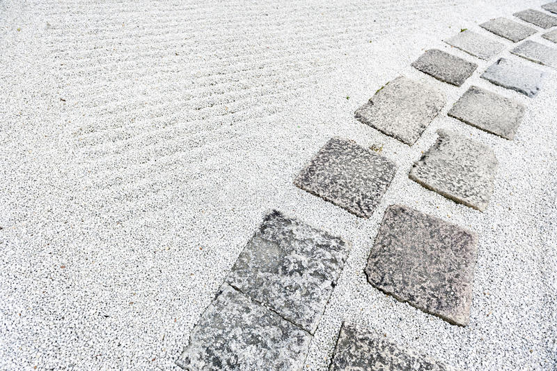 Passagem em um jardim de rocha japonês ou no jardim do zen com o cascalho coberto na terra imagem de stock