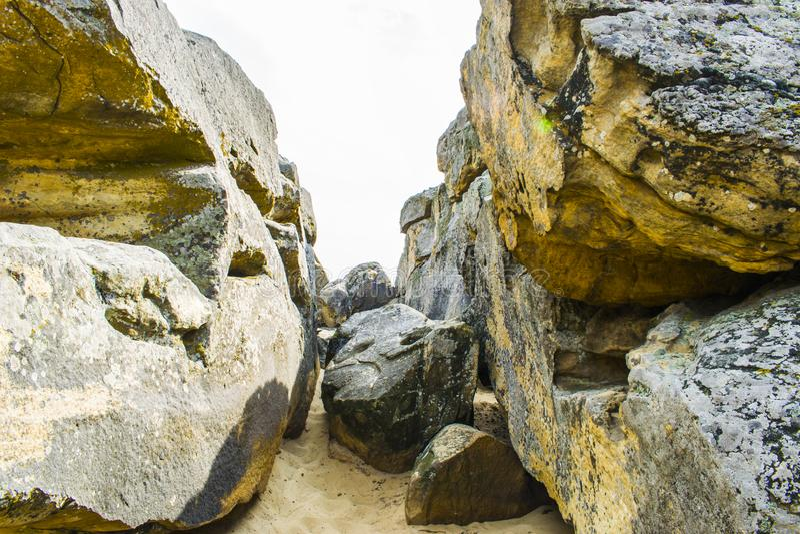 Passagem entre grandes pedras imagem de stock royalty free
