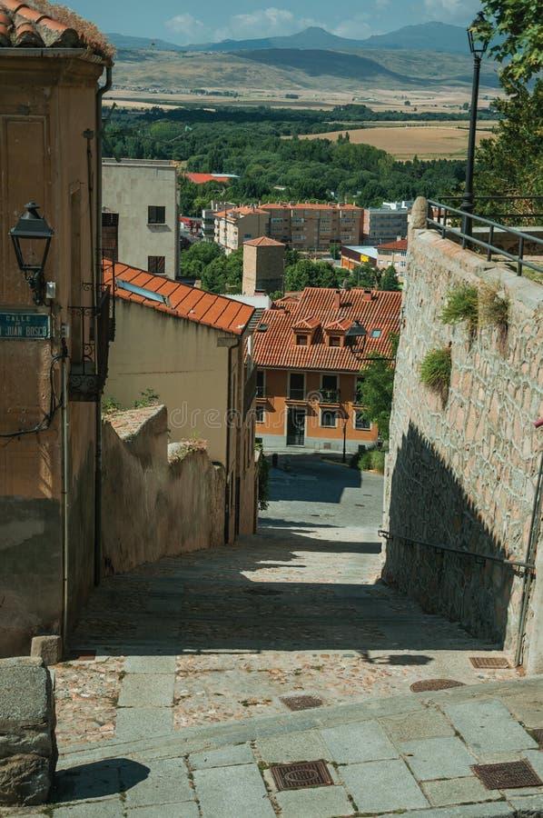 Passagem entre a parede de pedra e a mansão velha em Avila imagens de stock royalty free
