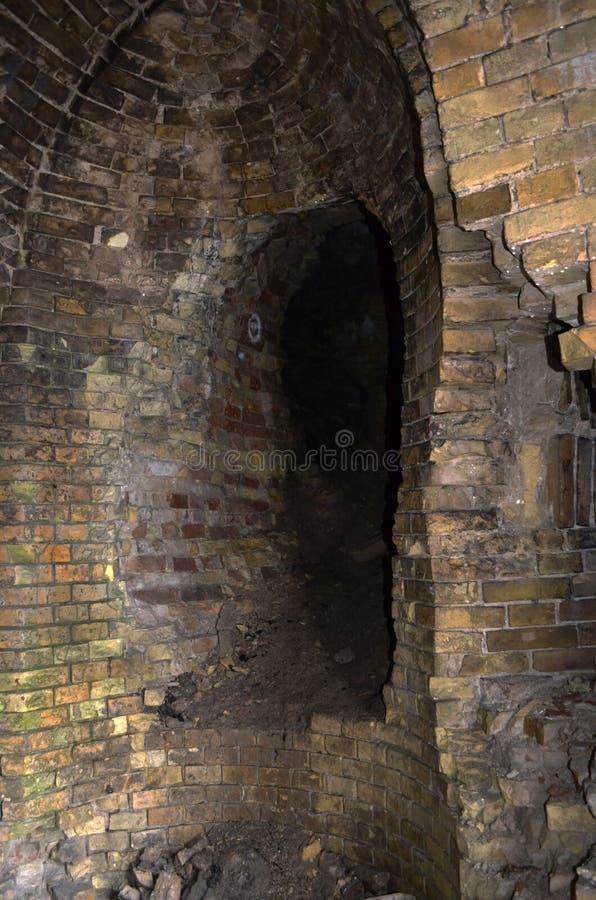 Passagem escondida na parede do castelo arruinado imagem de stock royalty free