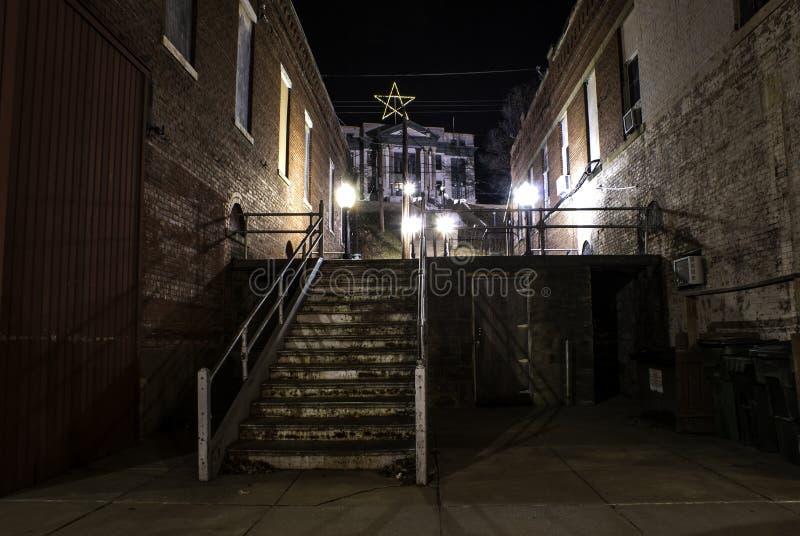 Passagem escondida pela escadaria na noite imagens de stock