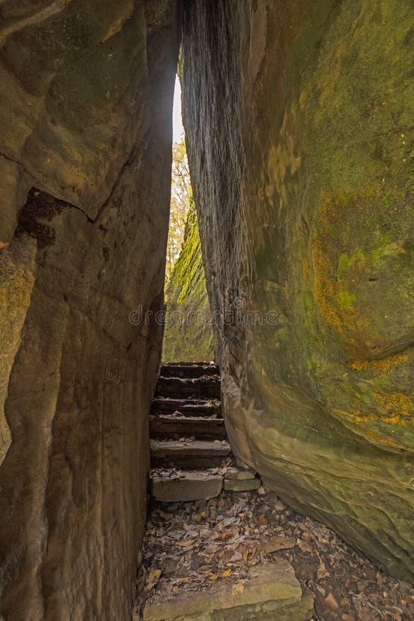 Passagem estreita em uma fuga entre rochas do arenito fotos de stock