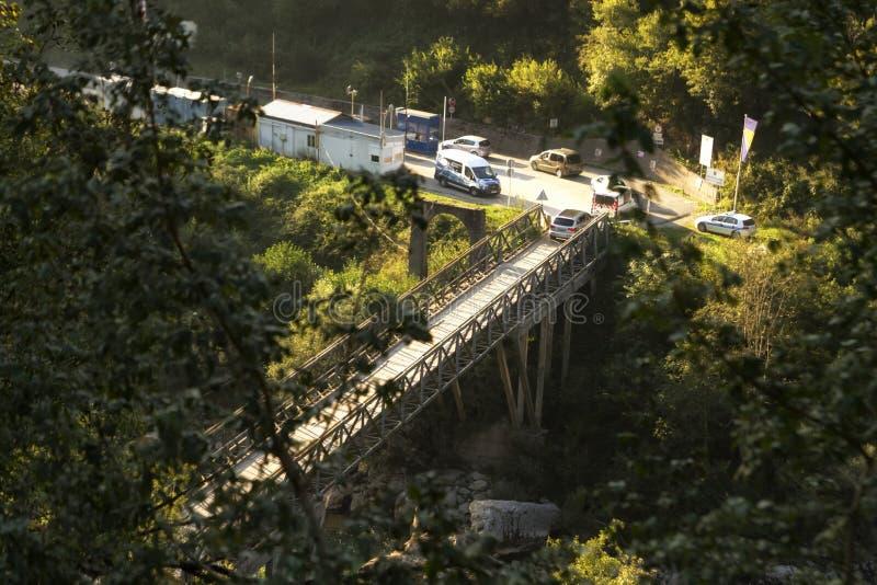 Passagem fronteiriça do ponto entre Montenegro e Bósnia e Herzegov imagem de stock