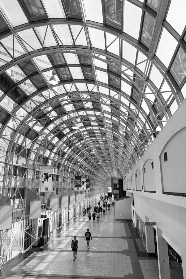 A passagem interna de vidro entre a estação da união e a NC eleva-se foto de stock royalty free