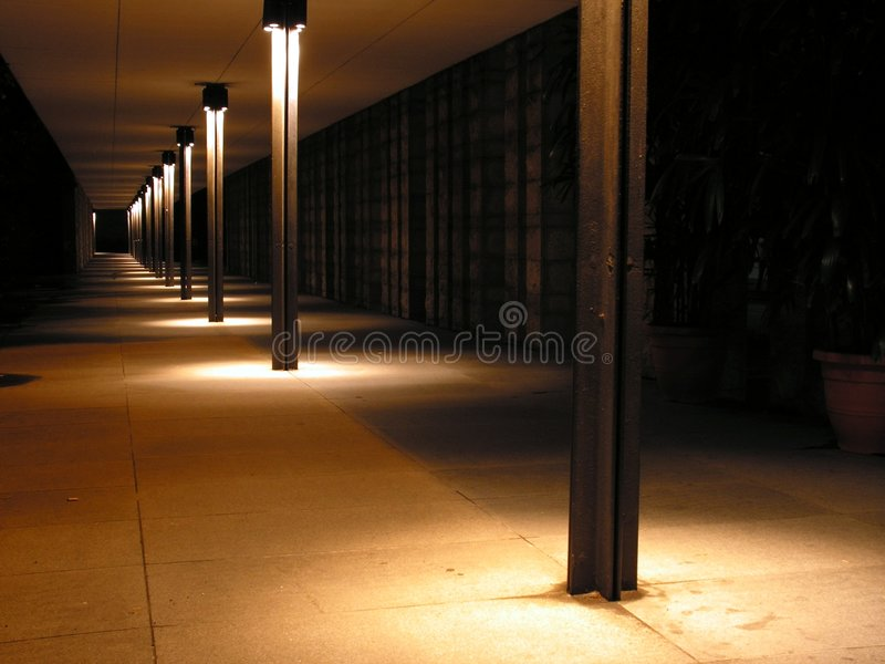 Passagem longa na noite fotos de stock