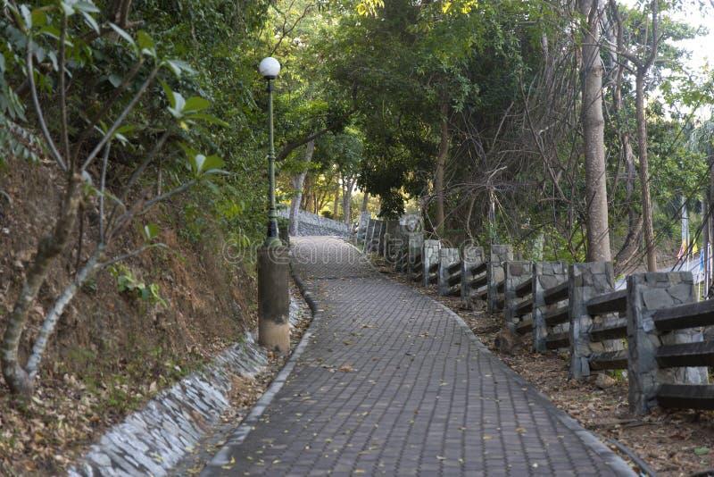 Passagem no parque com conversão de pedra fotos de stock royalty free