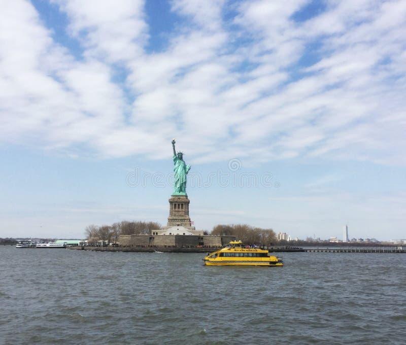 Passagem pela estátua da liberdade imagens de stock