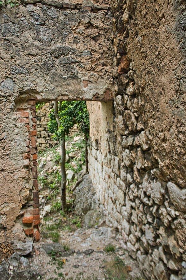 passagem pequena em uma ruína do castelo fotos de stock