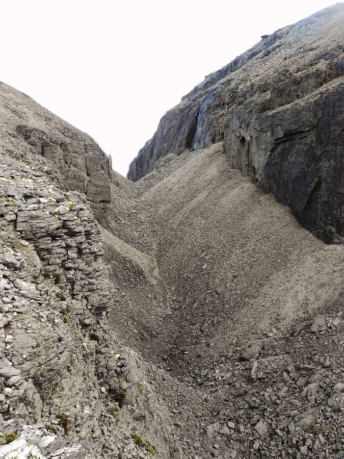 Passagem rochosa sem-vida cinzenta nas montanhas fotos de stock