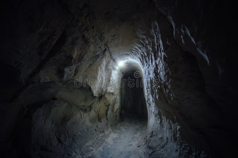 Passagem subterrânea da obscuridade do monastério gredoso velho da caverna imagens de stock royalty free