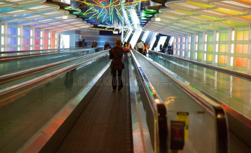 Passagem subterrânea no aeroporto de Chicago O'Hare fotos de stock
