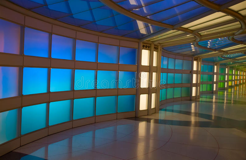 Passagem subterrânea no aeroporto de Chicago O'Hare fotografia de stock