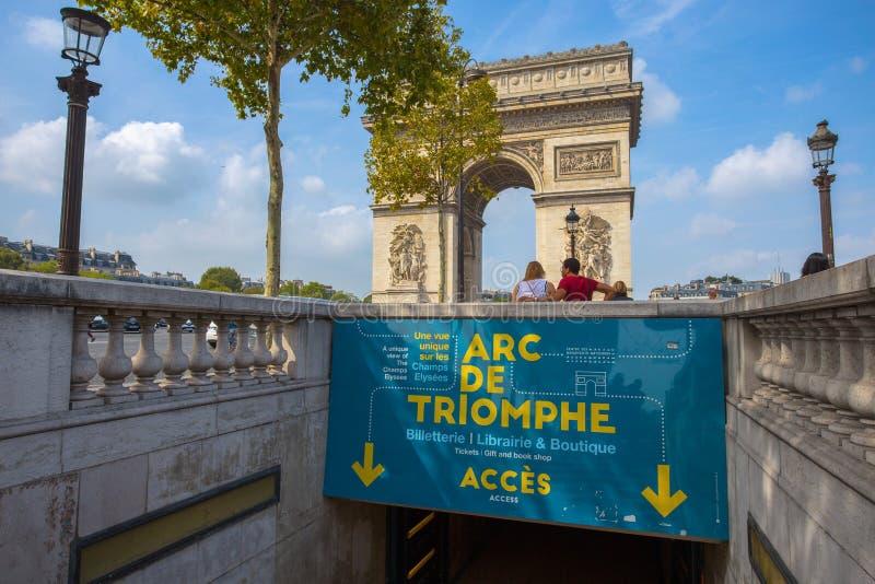 A passagem subterrânea que conduz ao arco de Triumph em Paris, França foto de stock
