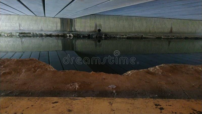 Passagem subterrânea urbana do rio foto de stock