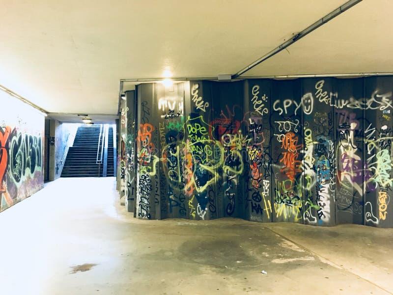 Passagem subterrânea vilnius da arte dos grafittis fotos de stock