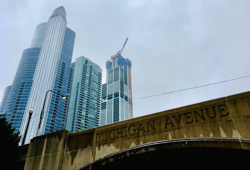 Passagem superior e arranha-céus da avenida de Chicago Michigan imagens de stock