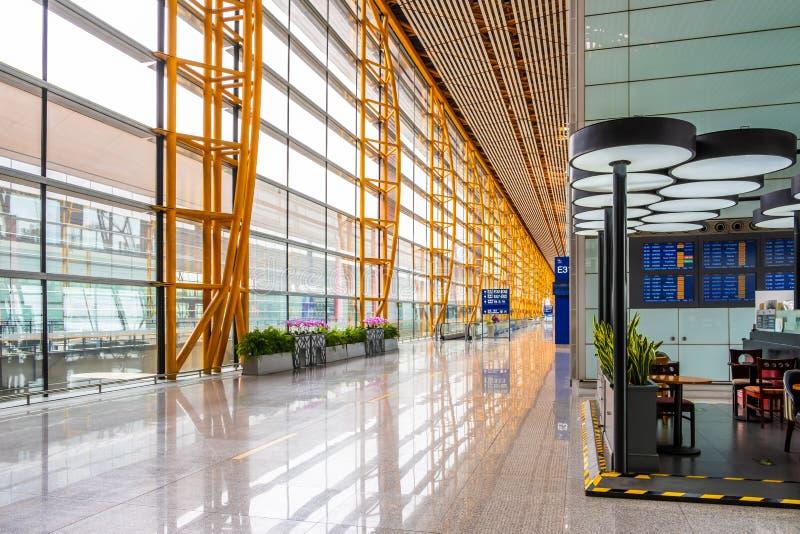 Passagem vazia com as grandes janelas no aeroporto do Pequim imagens de stock royalty free