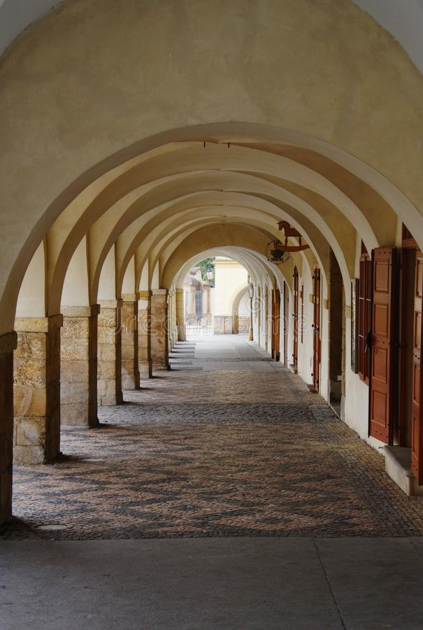 Passagem vazia do passeio da arcada sob as construções velhas foto de stock royalty free