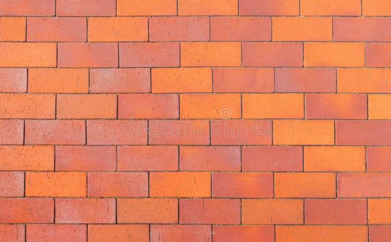 Passagem vermelha e alaranjada do fundo do tijolo imagem de stock royalty free