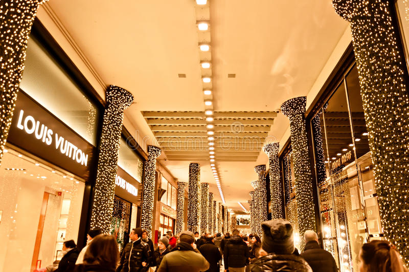 Passagemanier bezig voor Xsmas die - Bologna winkelen stock afbeeldingen