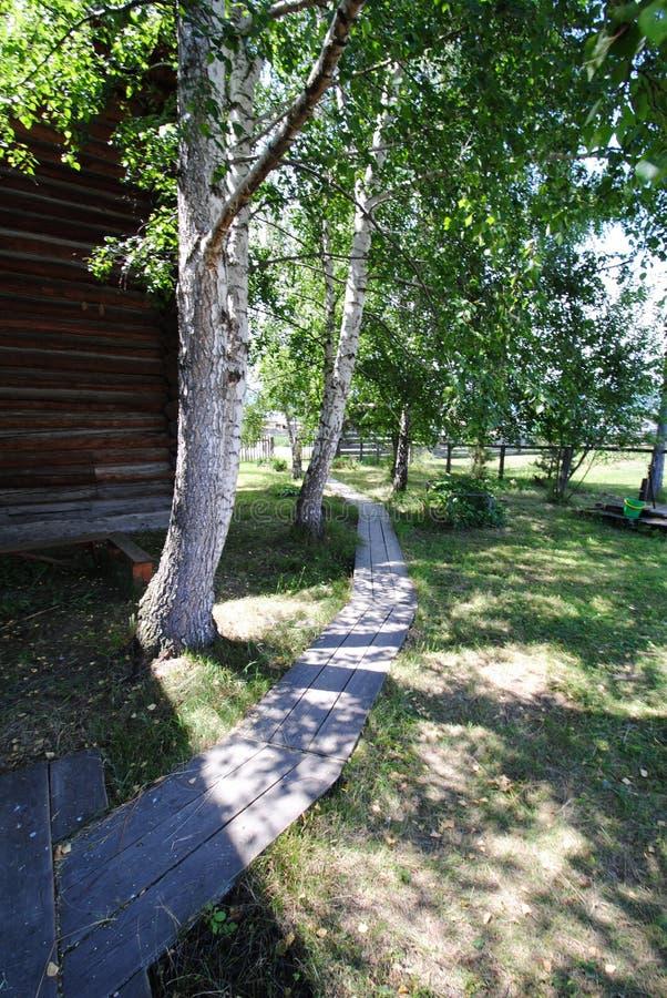 Passagens de madeira na jarda da vila fotografia de stock