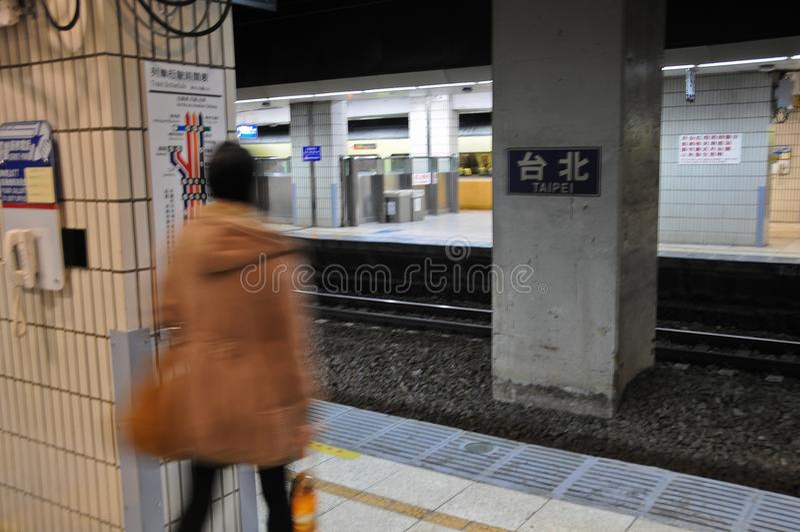 Passager de Madame marchant dans la station principale de Taïpeh à Taïwan photographie stock libre de droits